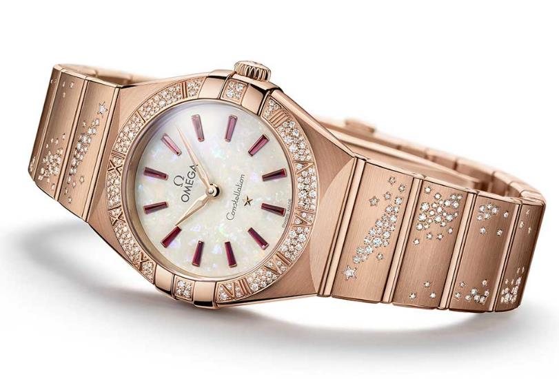 The precious copy watches are decorated with diamonds.
